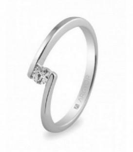 Sortija en oro blanco de 18kt con un diamante de 3mm en talla brillante de 0.10ct, color H, pureza SI - 74B0013